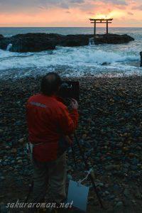 大洗磯前神社上磯鳥居の日の出を撮るカメラマン