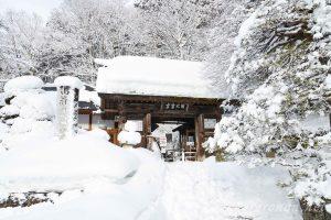 冬の山寺(立石寺)開北霊窟山門