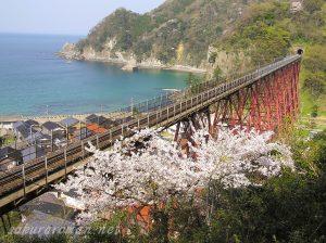 桜咲く春の余部鉄橋